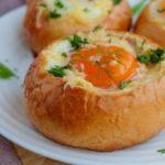 Булочки с ветчиной, яйцом и сыром в духовке