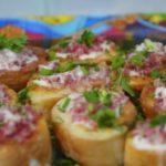 Гренки с сыром, колбасой и яйцом