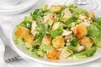salat-iz-kuricy-suxarikov-i-syra-grecheskij