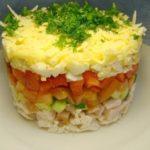 Слоеный салат «Русская красавица» с курицей и ветчиной