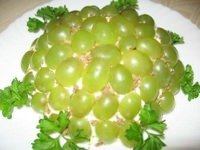 salat-s-vinogradom-kuricej-i-gribami