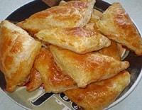 Слоеные пирожки с сыром и курицей